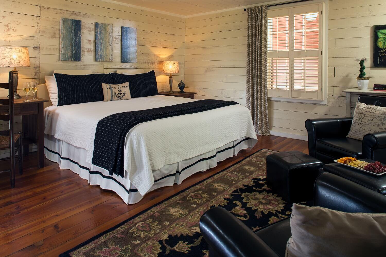 Glen-Ella King Room with black accents